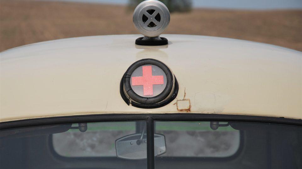 Nad čelním sklem je červeným kříž, ten svítí, nad tím je mechanická siréna. Ta ještě dnes dokáže pořádně zahoukat.