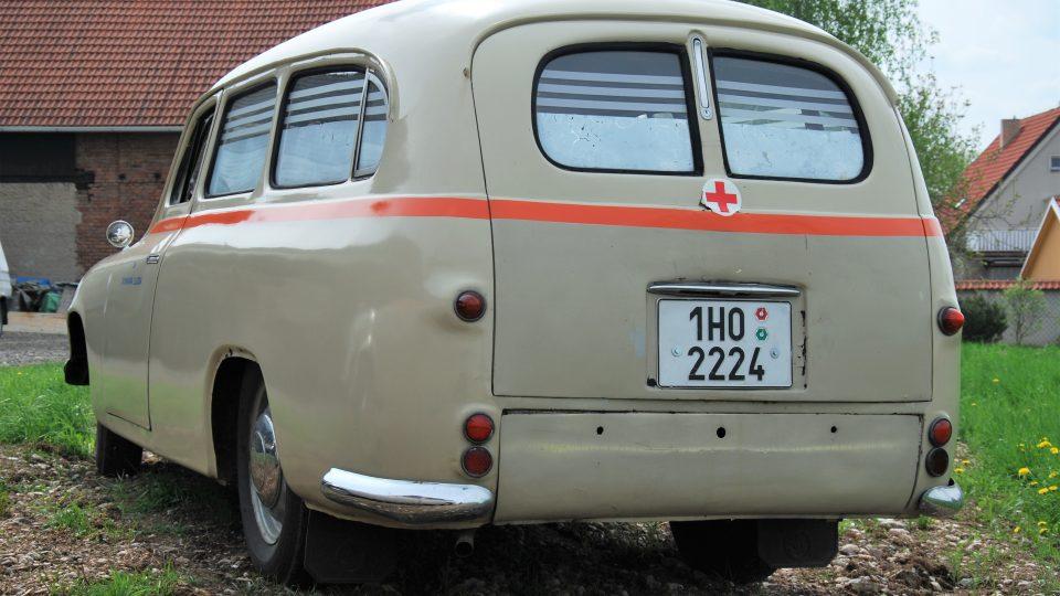 Sanitka Škoda 1201 zezadu