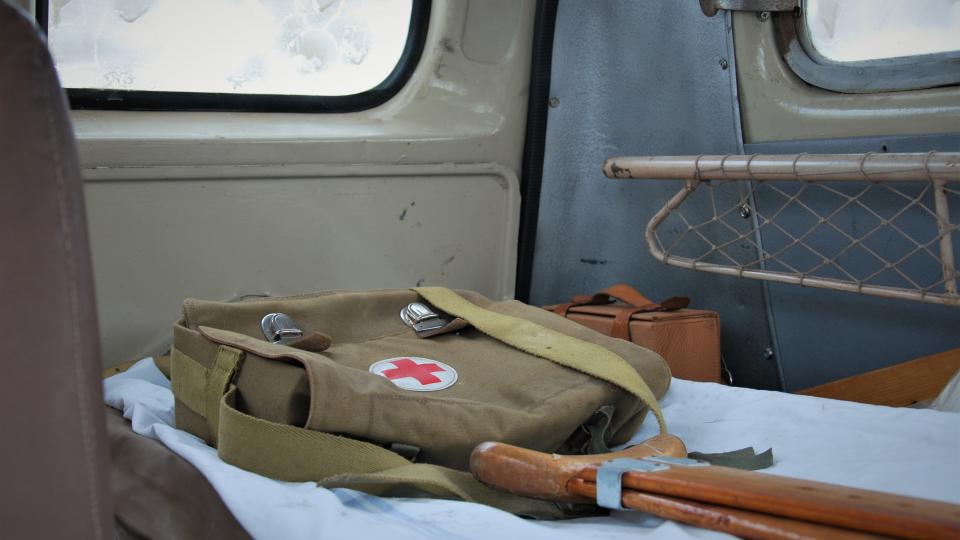 V sanitce jsou původní nosítka, kardiotachometr, dlahy, lékárnička, stříkačky a jehly.