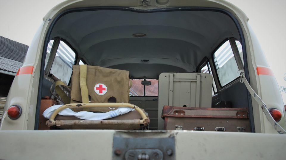 """""""Je to vozidlo, které má dvě místa vpředu. Ta přední část je oddělena přepážkou. V pacientském prostoru bylo jedno místo pro ležícího, jedno místo pro sedícího a ještě se tam vešel lékař,"""" popisuje Jiří Mašek, majitel Škody 1201."""